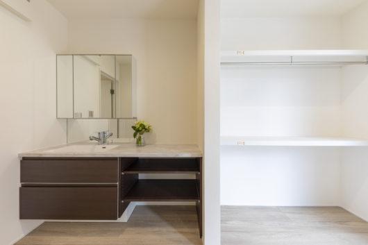 サニタリールーム。高級感のある間口1650のホテルライクな洗面台。
