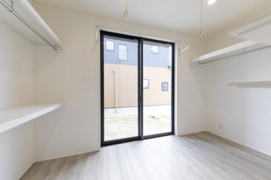 家族全員の収納も可能な広さのサニタリー室。