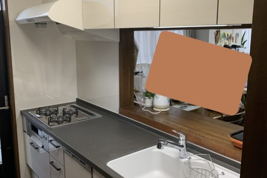 【after】食洗器もビルトインでスッキリと。カウンターと取っ手の黒が爽やかな白の扉を引き締めて、落ち着いた端正な空間となっています。