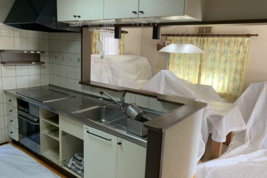 【before】特注であっただろうと思われるしっかりとした造りのキッチンも経年による傷みや汚れ、使いづらさは否めなくなっていました。