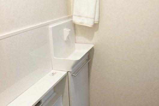 【after】トイレ本体と給排水を共有することでスピーディーに1日で工事完了しました。下地補強のため壁パネルを設置して汚れにも配慮しています。