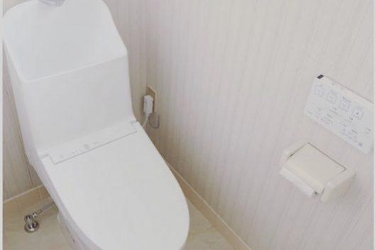 2Fのトイレは本体の取り替えと、天井壁とも綺麗な状態だったため内装は床の上貼りのみとし、予算を1Fに集中させることをご提案しました。