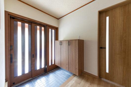 3枚引戸の玄関からは明るい陽射しが差し込みます。雰囲気のある天井のクロスはそのままに。