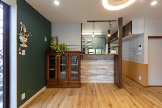 キッチン横に設けた飾り棚シェルフはダイニングの主役となる存在感。ちょっとしたものも収納可能です。