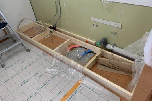 マンションなので配管をにがすところがなく、台輪を作成し底上げしました。